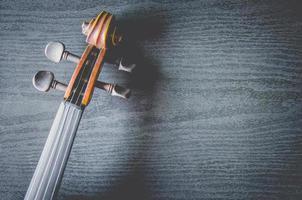 de viool op tafel, klassiek muziekinstrument dat in het orkest wordt gebruikt. foto
