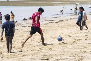 sorong, Indonesië 2021- mensen op het strand foto