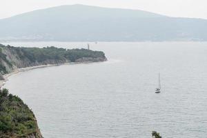 landschap van heuvels, bergen met zee en stadsgezicht op de achtergrond foto