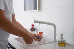 man hand met doek die de keukenoppervlakken schoonmaakt foto