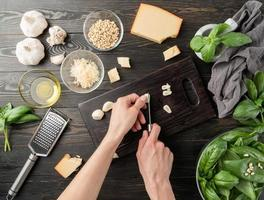 stap voor stap Italiaanse pestosaus bereiden. stap 4 - knoflook snijden foto