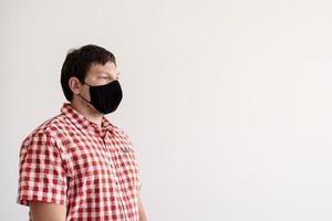 jonge man die een beschermend masker opzet foto