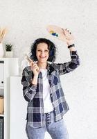 lachende vrouw kunstenaar in haar atelier met kunst foto