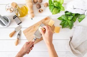 stap voor stap Italiaanse pestosaus bereiden. stap 3 - kaas raspen foto