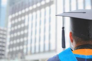 achteraanzicht van afgestudeerden deelnemen aan de diploma-uitreiking aan de universiteit. foto