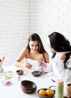 vrouwenhanden die gezichtsmasker maken die spa-procedures doen foto