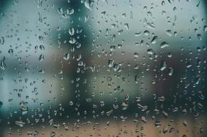 achtergrond en behang door regenachtige druppel en waterdruppels op raam. foto