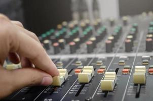 audio mixer console en geluid mixen met knoppen en schuifregelaars. foto