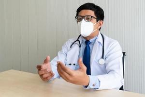 dokter praat met een masker op foto