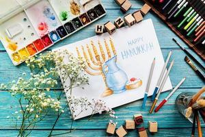 bovenaanzicht van een aquarelkunst gelukkige hanukkah foto