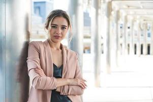 portret van lachende mooie jonge zakenvrouw foto