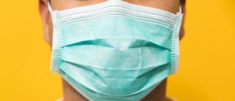 close-up jonge aziatische man met een beschermend gezichtsmasker foto