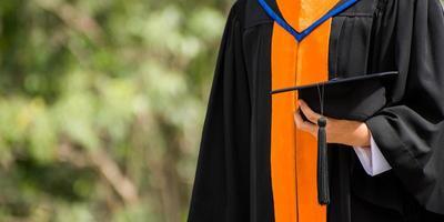 close-up afgestudeerde met een hoed. succes onderwijs op de universiteit foto