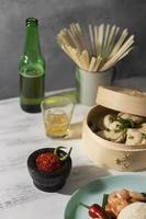 smakelijke maaltijd met sambal arrangement foto
