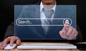 zoeken op internet met een persoon die een browsersoftware gebruikt foto