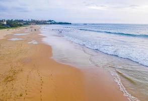 mooi bewolkt landschapspanorama van het strand van Bentota op Sri Lanka. foto