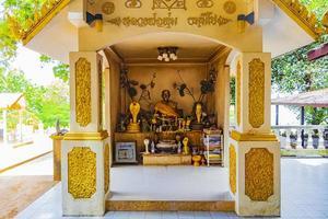 kleine heilige schrijn wat sila ngu tempel koh samui thailand. foto