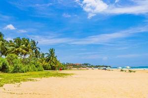 mooi zonnig landschapspanorama van het strand van Bentota op Sri Lanka. foto