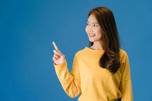 portret van jonge Aziatische dame lachend met vrolijke uitdrukking. foto