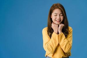 jonge aziatische dame met positieve uitdrukking en sluit je ogen. foto