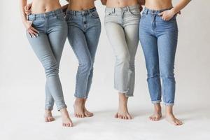 blootsvoets benen vrouwelijke groep jeans. resolutie en mooie foto van hoge kwaliteit