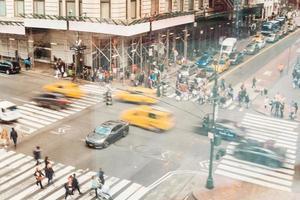 druk kruispunt vol auto's mensen. resolutie en mooie foto van hoge kwaliteit