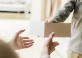 close-up handen krijgen doos. resolutie en mooie foto van hoge kwaliteit