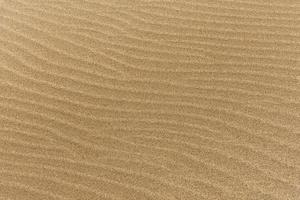 fijn strandzand met golven. resolutie en mooie foto van hoge kwaliteit