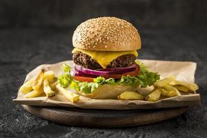 vooraanzicht hamburger friet plaat. resolutie en mooie foto van hoge kwaliteit