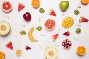 verschillende abstracte plakjes tropisch fruit. resolutie en mooie foto van hoge kwaliteit