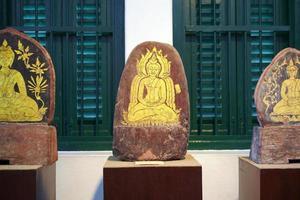 boeddhistische kunst op steen in thailand foto