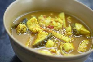 gele zeevruchtencurry in Thais eten foto