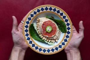 hummus met sesam- en pompoenpitten en granaatappelvinaigrette foto