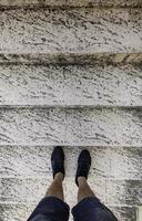 man's voeten op ladder foto