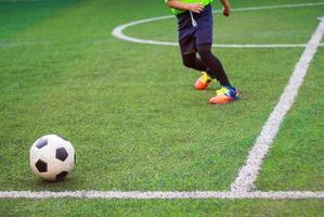 de voetballers strijden op de sportdag van de basisschool foto