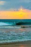 prachtige kleurrijke zonsondergang landschap panorama bentota strand sri lanka. foto