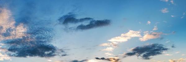 panoramische lucht met wolk op een zonnige dag foto