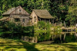 oude molen naast een vijver foto