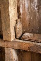 oude stoffige fles in een oude korenmolen in West Virginia foto