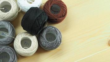 vrouwenhanden en ambachtelijk werk. borduur naaien met de hand. foto
