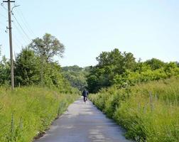 lege asfaltweg op het platteland foto