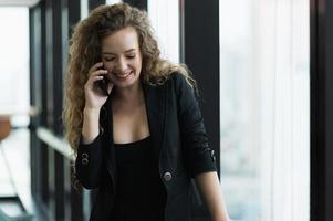 mooie sexy vrouw praten op smartphone foto