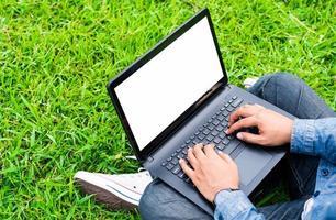 close-up mannenhand sms'en op laptop met leeg scherm. foto