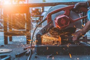 arbeider man met behulp van machine snijden staal foto