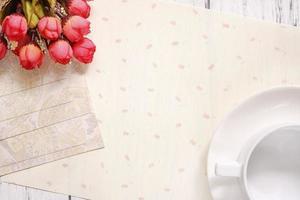 stock photography plat tekst brief envelop koffiekopje roze bloem foto