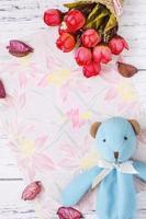 bloemenpapier met bloemen en speelgoed foto