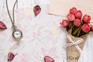 bloemenpapier met bloemen en horloge foto