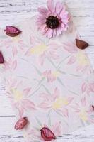 bloemenpapier met bloemen en bloemblaadjes foto