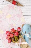 bloemenpapier met speelgoed en bloemen foto