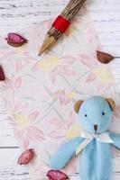 bloemenpapier met potlood en speelgoed foto